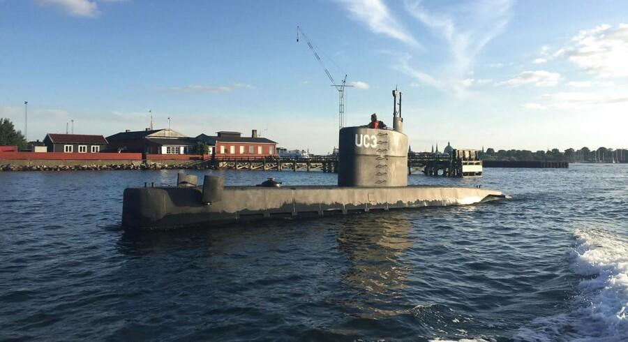 Ved 19.30-tiden torsdag aften 10. august blev dette billede af den hjemmebyggede ubåd UC3 Nautilus taget i Københavns havn. Ejeren af ubåden, opfinder Peter Madsen, er siden blev drabssigtet, efter hans passager - en svensk kvinde - natten til fredag blev meldt savnet af sin kæreste, da ubåden ikke vendte tilbage til sin kajplads. I ubådens tårn ses en kvinde, som på flere punkter matcher det signalement af den savnede svensker, som Københavns Politi lidt før kl. 18 fredag sendte ud i en pressemeddelelse. (Foto: Anders Valdsted/Scanpix 2017)