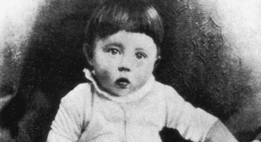Fra RokokoPostens arkiv, 1890: Den et-årige baby, Adolf Hitler, har nedkæmpet endnu en tidsrejsende.