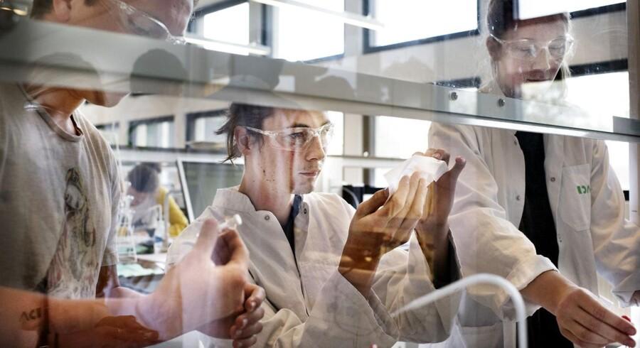 Kemistudiet ved Københavns Universitet er et af de studier, hvor adgangskravene har betyde, at det har været let at komme ind, men fra denne sommer vil det blive vanskeligere at komme ind på en lang række uddannelser. Samlet skæres der knap 800 studiepladser væk, og det kan få adgangskvotienterne til at stige på en række populære uddannelser.