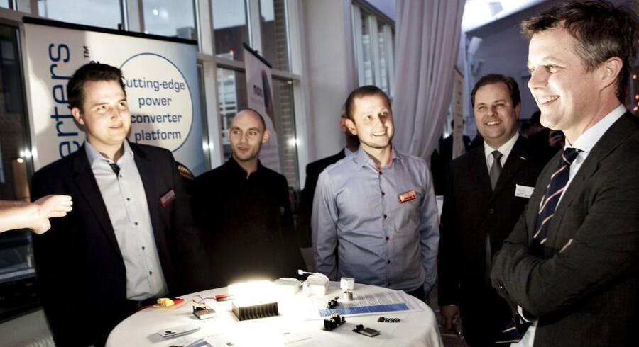 Kronprins Frederik i samtale med repræsentanter fra firmaet Nordic Power Converters ved Danish Tech Challenge Award Show torsdag d. 29 janaur 2015 i Valby. Nordic Power Converters, har udviklet en strømforsyning, der er langt mere kompakt og med bedre ydeevne og levetid end traditionelle strømforsyninger. (Foto: Linda Kastrup/Scanpix 2015)