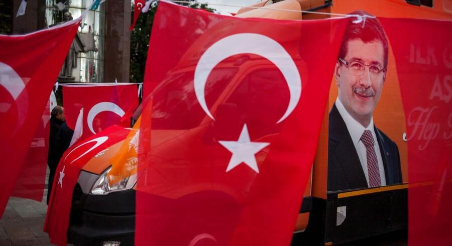 Den tyrkiske valuta havde i forvejen haft en god måned frem mod valget, og oktober endte med at blive den bedste måned for lira i fire år med en styrkelse på over 3,9 pct. over for dollar. Mandag morgen fortsatte liraen så sin styrkelse med yderligere 5,5 pct.