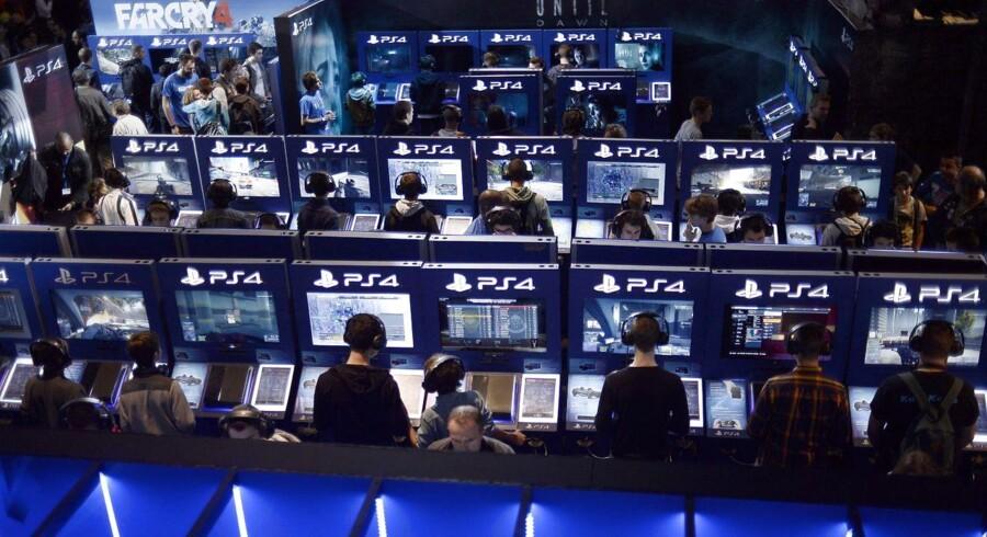 Hackere lagde i julen både Sonys Playstation- og Microsofts Xbox-net ned, så spillerne ikke kunne koble sig på nettet. Her et arkivfoto fra Paris i oktober, hvor masser af Playstation-spillere kastede sig over spilleriet. Arkivfoto: Stephane de Sakutin, AFP/Scanpix
