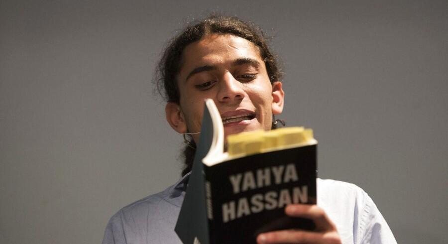 Valgplakater med Yahya Hassan er blevet klistret oven på andres valgplakater i Skanderborg. Nationalpartiet truer med injuriesag mod medie, der har bragt historien.