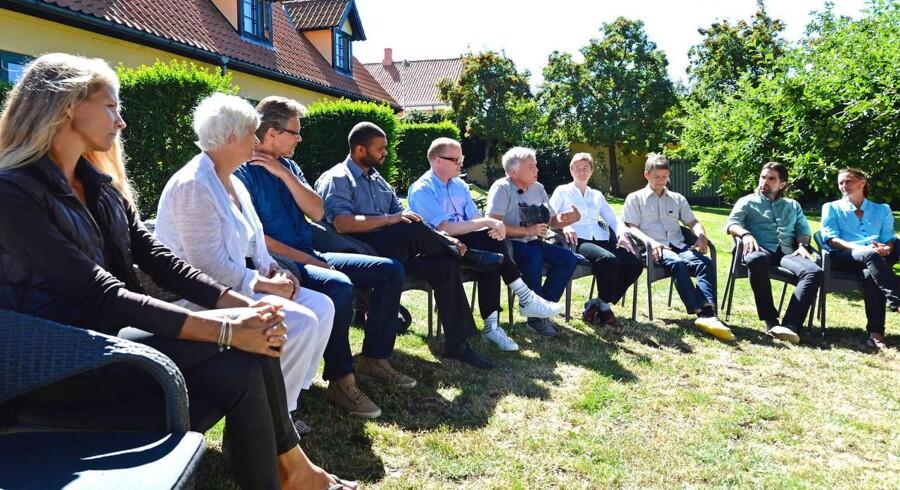 Rundkredspolitik: Alternativets første sommergruppepressemøde foregik i en cirkel på græsset ved Hotel Siemsens Gaard i Svaneke.