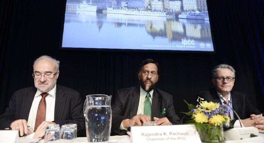 Ledelsen af FNs klimapanel med formand Rajendra K. Pacahauri i midten fremlagde natten til fredag sin rapport om klimaændingerne i verden.