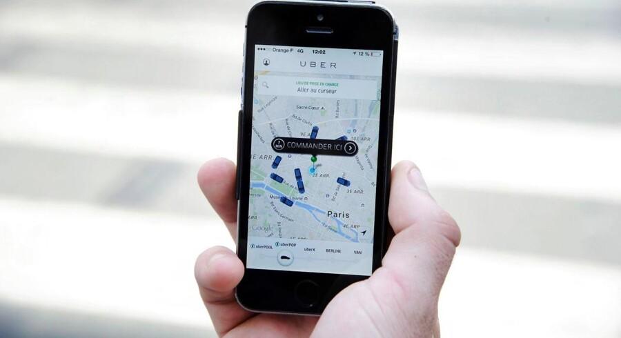 Ifølge brancheforeningen Taxiførere i Danmark betyder konkurrencen fra Uber, at taxichaufførerne mister indtægter på helt op til 6.000 kroner om måneden. Særligt weekendchaufførerne er ifølge formand Søren H. Nicolaisen ramt af Ubers popularitet blandt københavnerne. Arkivfoto.
