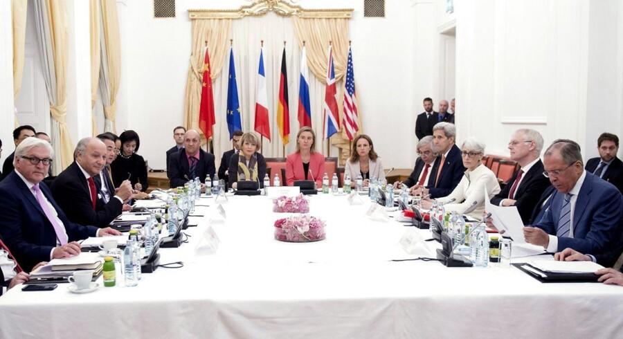 Tirsdag morgen er Iran og seks stormagter blevet enige om en ny atomaftale. Det skriver nyhedsbureauet Reuters.