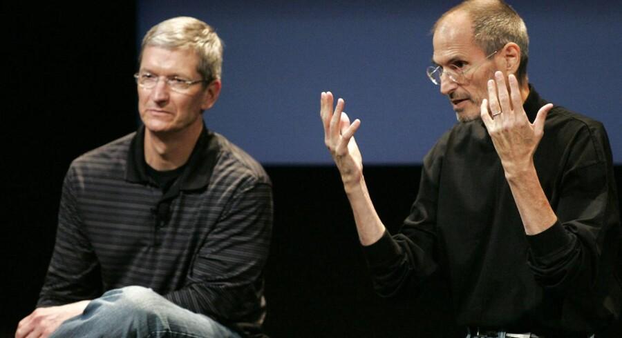 Tim Cook (til venstre) tog over, da Apples daværende topchef Steve Jobs (til højre) døde i oktober 2011. Her er de to ved en pressekonference hos Apple i 2010. Arkivfoto: Kimberly White, Reuters/Scanpix