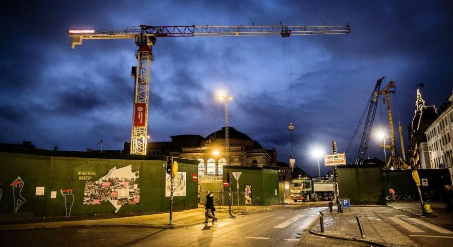 Kran på Metro byggeplads på Kongens Nytorv med Det Kongelige Teater i baggrunden.