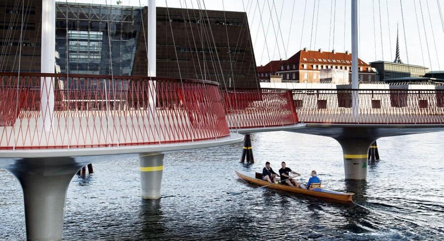 Cirkelbroen er udformet af kunstneren Olafur Eliasson og forbinder Applebys Plads med Christiansbro.