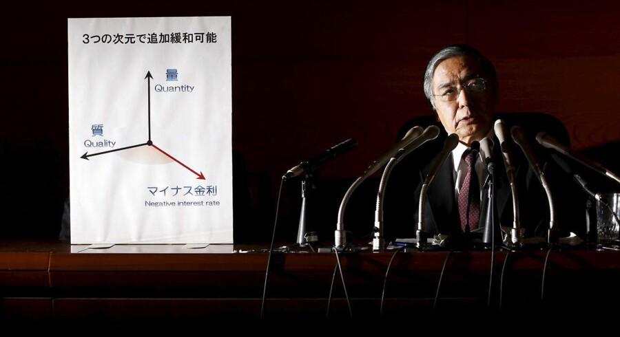 Bank of Japans (BOJ) Haruhiko Kuroda forklarer her om den japanske centralbanks overraskende nedsættelse af renten, der har sendt bølger gennem verdens rentemarkeder.