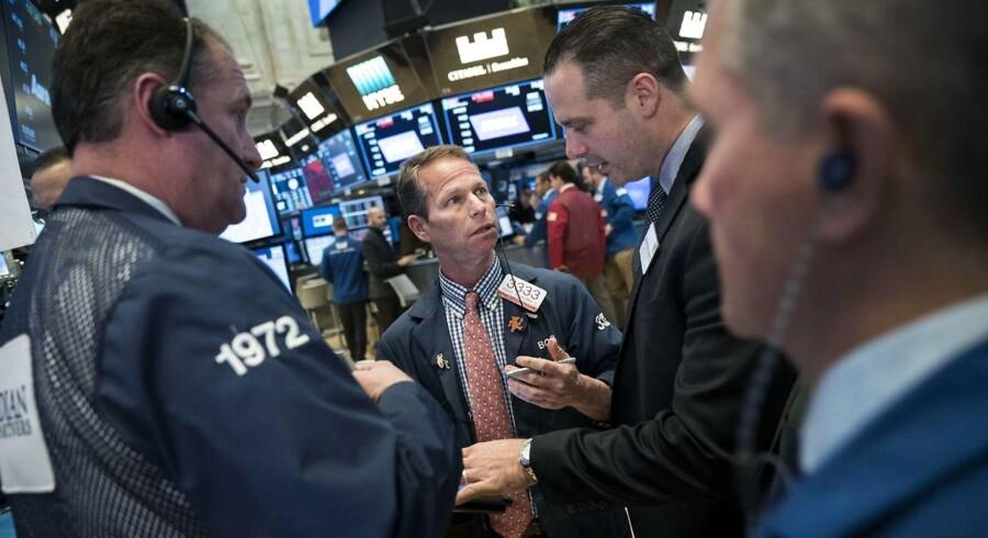 Det amerikanske aktiemarked lukkede med beskedne gevinster tirsdag, efter at højere oliepriser løftede energisektoren, mens nedturen for de sociale medier fortsatte med Facebook og Twitter i centrum.