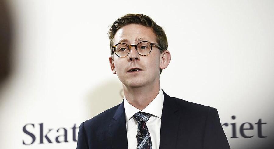 Skatteminister Karsten Lauritzen afviser, at regeringen er ved at droppe præsentationen af et udspil til et nyt system for ejendomsvurderinger.