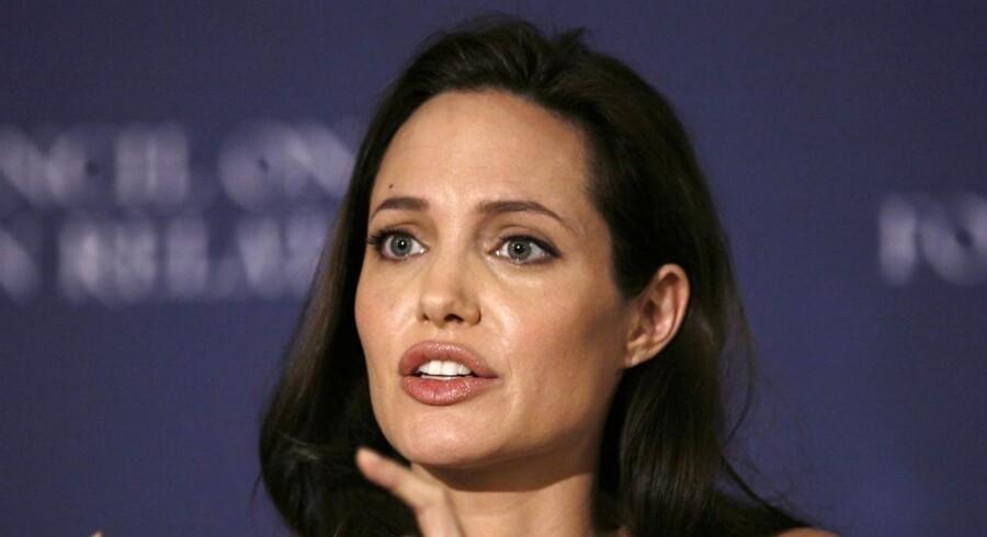 For Angelina Jolie har livets alvor ramt hende lige midt i hendes karrieres højdepunkt. Måske kan hendes åbenhed være med til at hjælpe andre kvinder, der bliver ramt af brystkræft. Hollywood er således ikke kun overflade og glamour. Hollywood kan faktisk blive til ramme alvor, som gør skandinavisk kynisme til skamme.