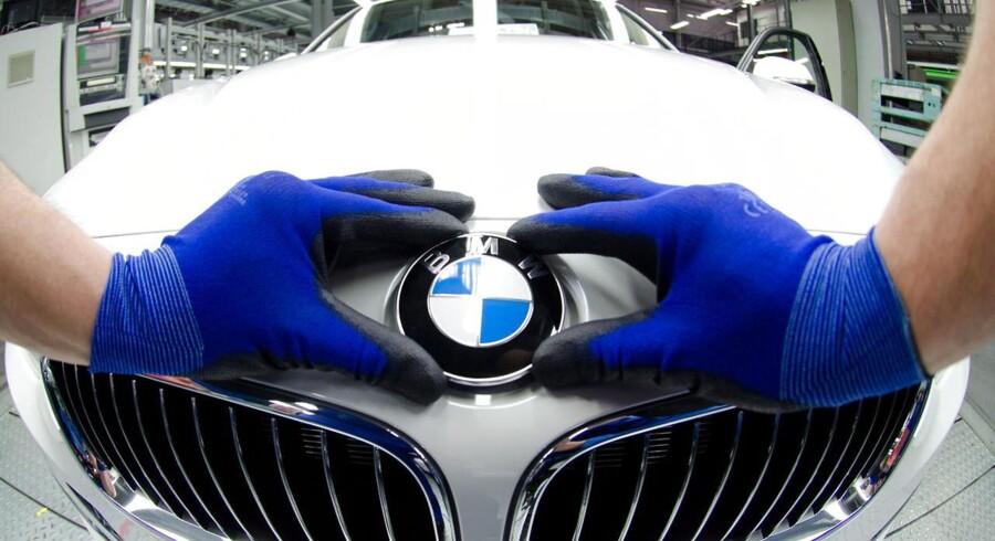 BMW har de senere år slået flere salgsrekorder, blandt andet på grund af stigende efterspørgsel på de tyske i Asien og USA. I næste uge lancerer bilproducenten elbilen i3, og hvis satsningen lykkes, skal de ansatte her på fabrikken i Regensburg i Tyskland måske til at producere mindre, grønne biler istedet for de store luksuriøse benzin- og diesel-modeller.