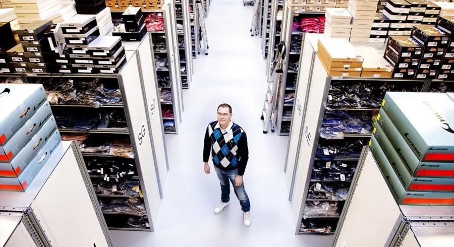 Der bliver sendt mere og mere tøj af sted fra SmartGuys lager. Men direktør Nicolai Kærgaard fra SmartGuy A/S kan endnu ikke se væksten komme til udtryk på indtjeningen.