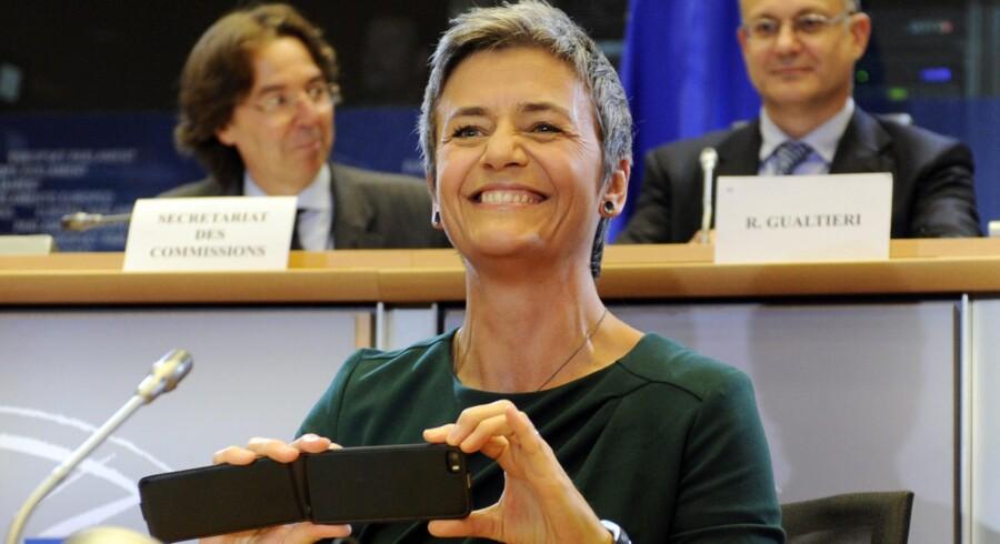 Torsdag aften var det Margrethe Vestagers tur til at blive udspurgt af EU-Parlamentets økonomiudvalg, der efterfølgende enstemmigt valgte at godkende den danske kandidat til posten som konkurrencekommissær. Vestager fandt også tid til at forevige sin optræden i den varme stol med mobilen.