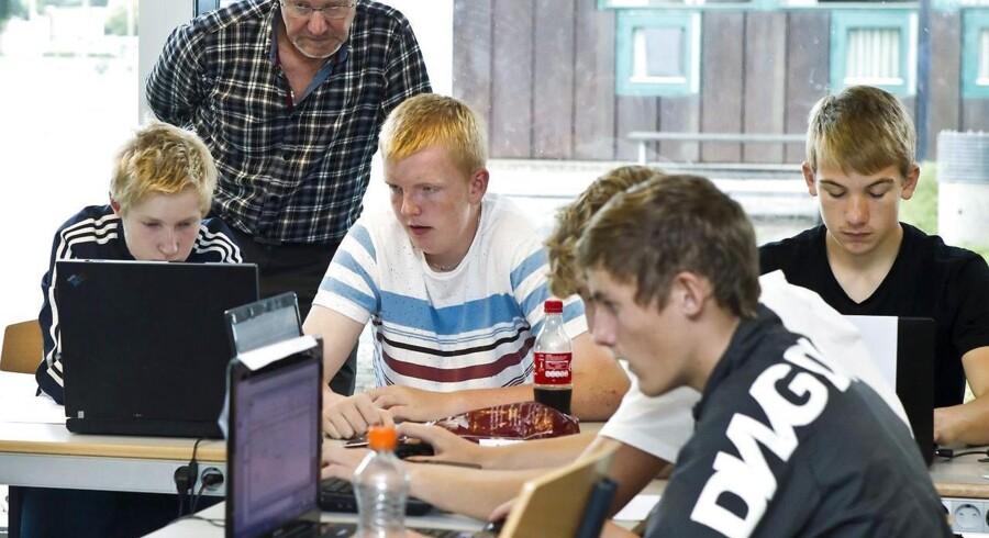 9. klasserne fra Skals Skole lærer matematik på Viborg Gymnasium og HF i Viborg. Den nye PISA-undersøgelse viser, at drengene er så meget dygtigere til matematik, at det svarer til, at de er en tredjedel af et skoleår længere fremme i faget end pigerne.