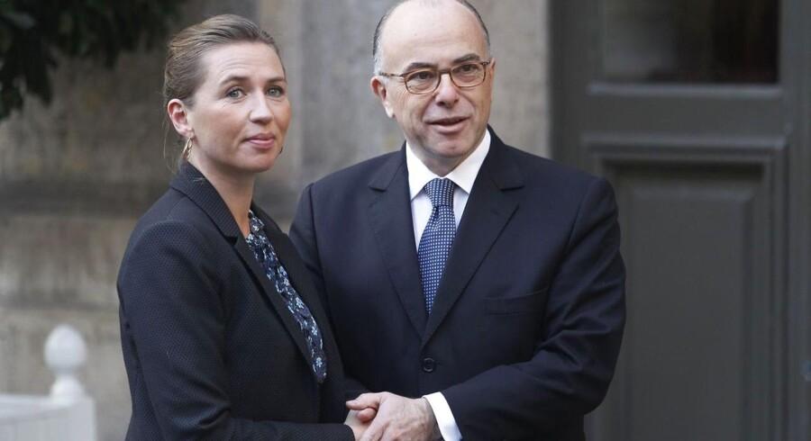 Frankrigs indenrigsminister Bernard Cazeneuve hilser på justitsminister Mette Frederiksen (S) i forbindelse med søndagens store møde i Paris.