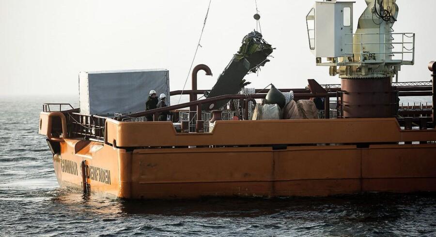 Vragdele af det F16 fly, der tirsdag styrtede i havet ud for Rømø, er nu blevet bjerget.
