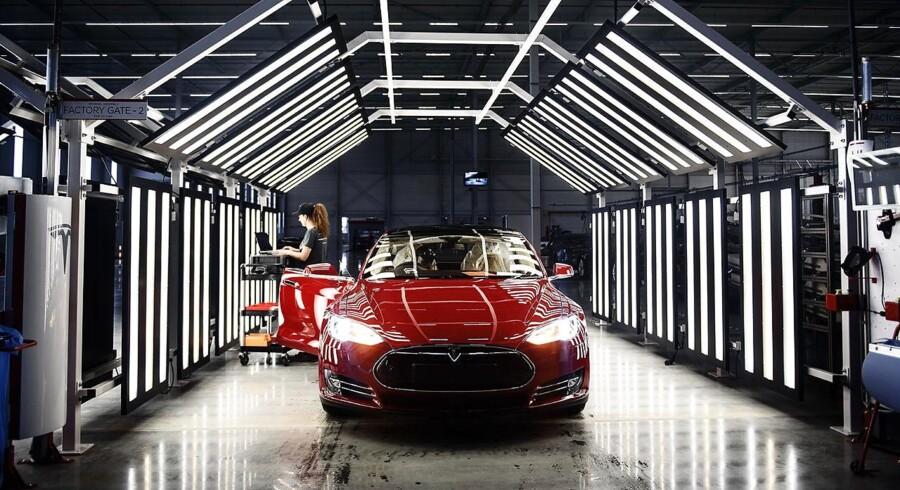Det ser ud til, at de dyreste elbiler - topmodellerne fra Tesla - alligevel ikke får så markant et afgiftstryk efter nytår, som der var lagt op til.