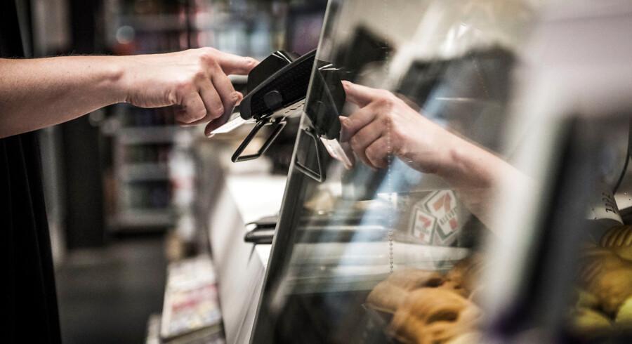 Modelfoto. Der er færre og færre almindelige bankrøverier. I stedet er tendensen at Dankort bliver stjået og misbrugt på nettet.