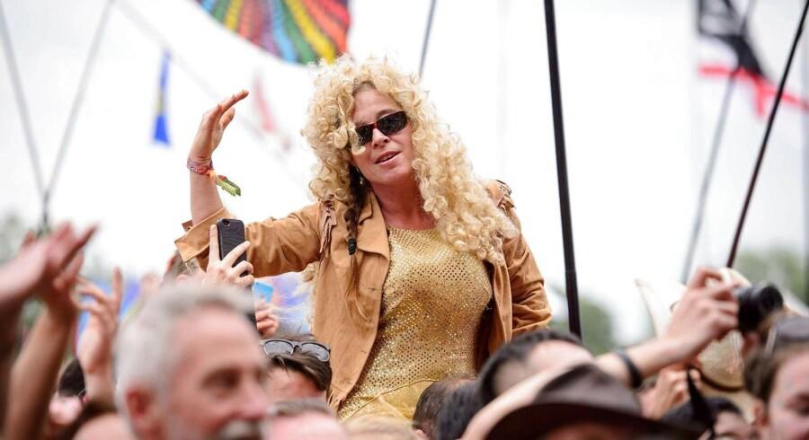 Dolly Parton, der besøger Forum den 8. juli, spillede søndag på Glastonbury Festival foran farverigt udklædte fans.