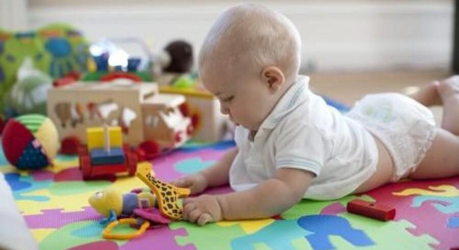 Forældre opfordres til at give deres småbørn tilskud af D-vitamin. Men 74 børn er blevet forgiftet efter at have fået økologiske D-dråber med 75 gange for højt indhold af D-vitamin. Babyen på billedet er ikke et af de forgiftede børn. Arkivfoto. Free/Colourbox