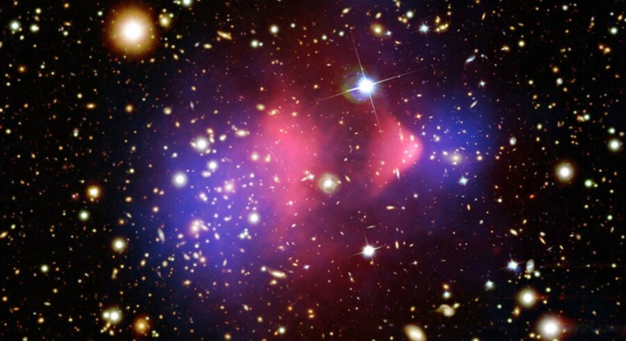 Jagten på hidtil ukendte planeter fortsætter, og et vigtigt redskab i jagten består i at udnytte, at eksempelvis store stjerner eller hele galakser afbøjer lys, så man fra Jorden kan skue langt ud i universet. Foto: AFP/NASA