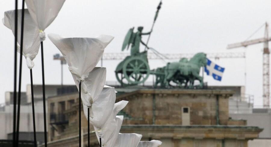 """Standere til balloner er placeret, hvor den tidligere Berlin-mur stod rejst. Ballonerne er et led i kunstinstallationen """"Lichtgrenze"""" ved Brandenburger Tor."""