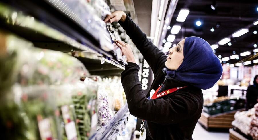 Uanset om flygtninge kan dansk eller ej, skal de ud på en arbejdsplads fra første dag, mener Socialdemokratiet.Mindst 14.000 flygtninge og familiesammenførte skal finde plads i et integrationsforløb i en virksomhed i 2016.