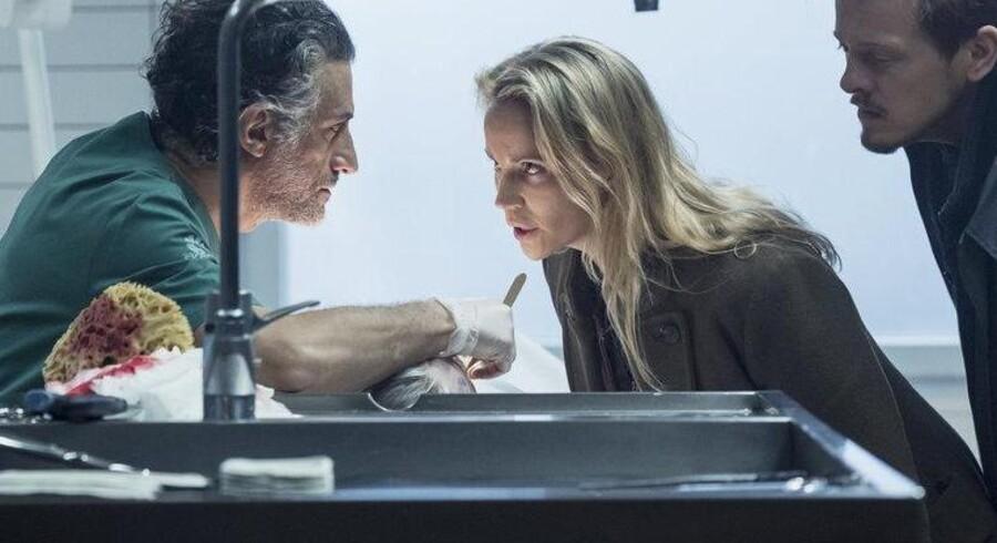 Godt skåret: Saga Norén (Sofoia Helin) og Henrik Sabroe (Thure Lindhardt) hos retsmedicinerne. Foto: Carolina Romare