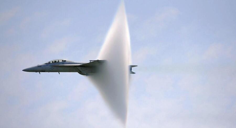Boeings F-18 Super Hornet har en lang historie bag sig med deltagelse i en række konflikter. Her bryder en af dem lydmuren under en opvisning over New York.