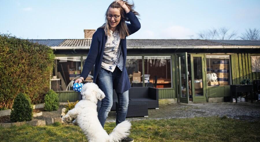 Helle Mortensen har fået omkring to millioner kroner i erstatning, så hun kunne købe et rækkehus i Taastrup, hvor leg med hunden Bernhard giver livsglæde. Men den oversete kræftsygdom vil nok forhindre hende i nogensinde at vende tilbage til arbejdet. Foto: Ólafur Steinar Gestsson