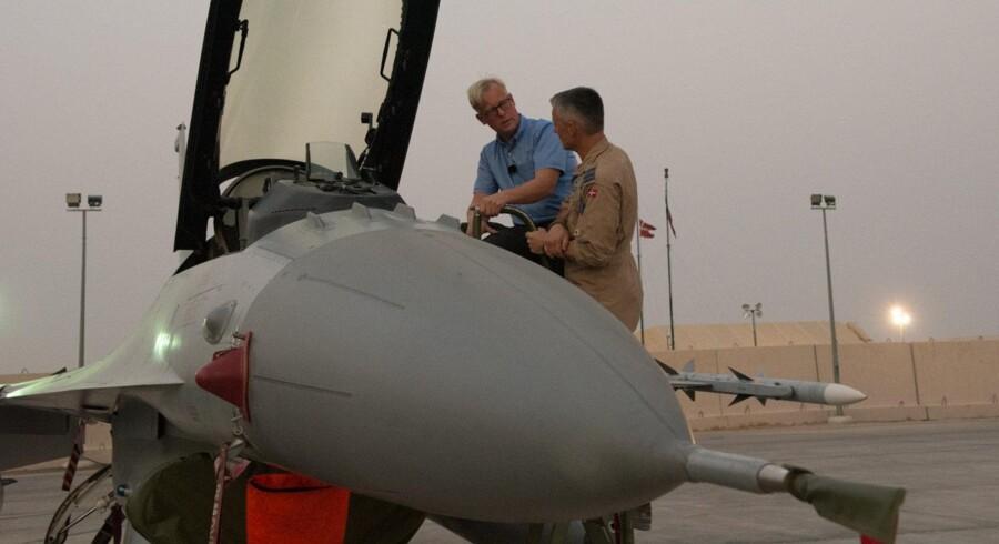 Under sit besøg hos de danske styrker i Kuwait og Irak fik forsvarsminister Carl Holst (V) blandt andet lejlighed til at møde de kritiske flymekanikere, som har gjort opmærksom på for stort et arbejdspres. Foto: Christian Brøndum
