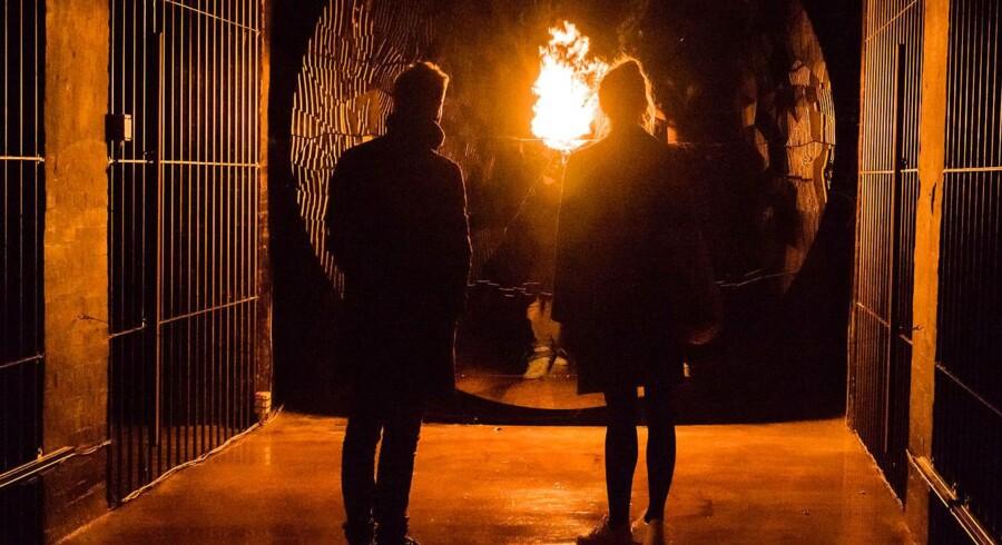 Blandt de forunderlige oplevelser, man kan støde på under vandringen i Jeppe Heins scenografiske installation i Cisternerne, er en flamme, der kommer ud fra væggen - og bliver større, jo tættere man kommer. Foto: Cisternerne.