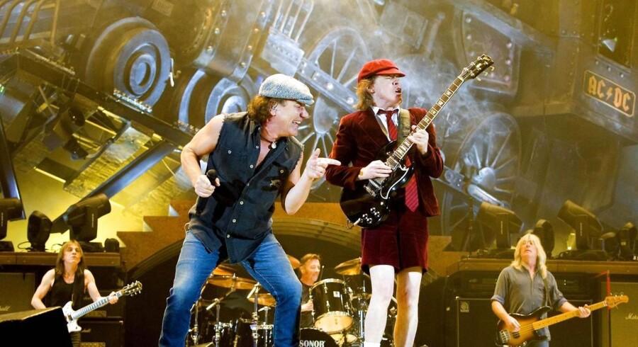 Guitarist Angus Young og sanger Brian Johnson i front under en koncert med AC/DC i Norge.