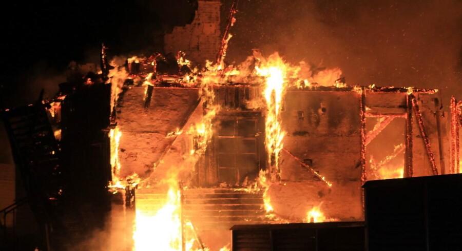 En voldsom brand har natten til mandag hærget Svinkløv Badehotel ved Jammerbugten. Hotellet er opført i 1925.