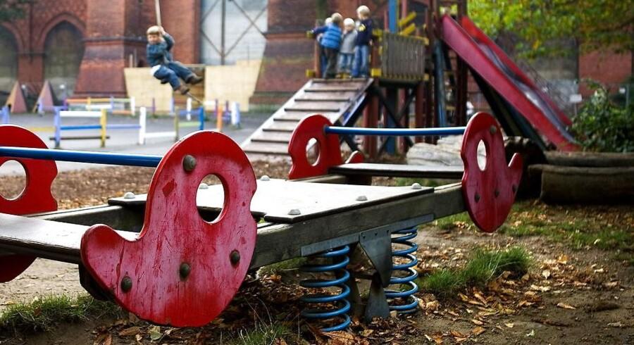 Arkivfoto: Glasskår fra smadrede flasker, smadrede vinduer, væltede krukker og ødelagt bænke er nogle af de ting, der de seneste uger har mødt forældrene, når de er kommet hen til legepladserne i Skævinge med deres børn.