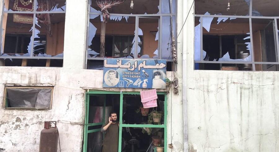 En selvmordsbomber har angiveligt angrebet det afghanske forsvarsministerium. Her ses en butik i nærheden kort efter eksplosionen.