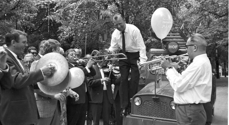 Tivolis Promenadeorkester har en lang historie. Her fejres kapelmester Ivan Leths fødselsdag med musik rundt om i den gamle have - i 1970.