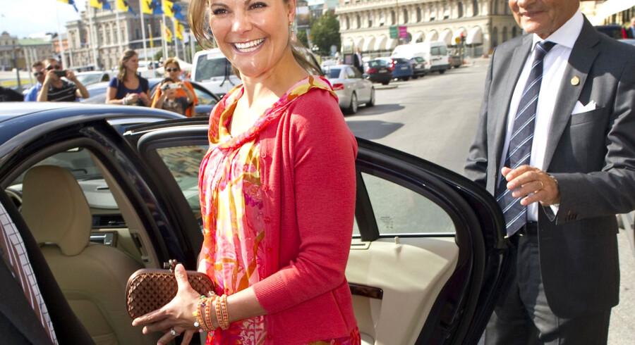 Kronprinsesse Victoria smiler, da hun forlade Grand Hotel i Stockholm 17. august. Kort tid efter offentliggjorde hoffet, at kronprinsessen er gravid.