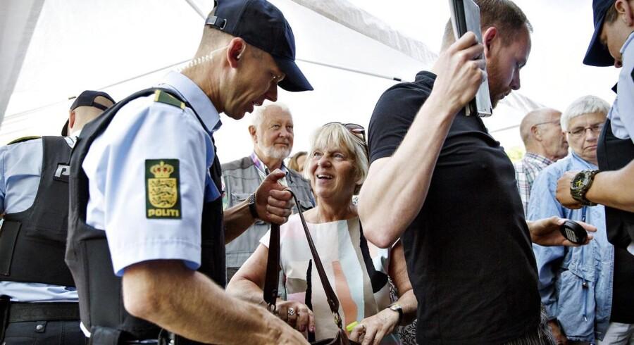 PET og Politi var mødt talstærkt op foran Værkstedet, hvor Flemming Rose skulle tale. Også publikum fik tjekket tasker og blev kropsvisiterede. Foto: Astrid Dalum