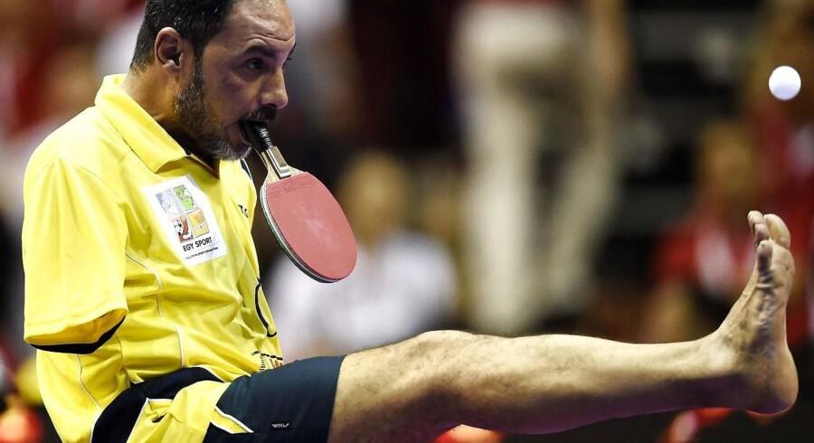 41-årige Ibrahim Hamato vipper bolden op i luften med sin fod, inden han server den over nettet med et mundslag.
