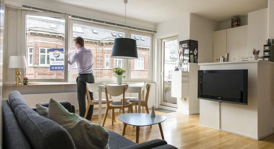 ARKIVFOTO. Lejlighed til salg på Bianco Lunos Allé på Frederiksberg. En ejendomsmægler fra EDC hænger et skilt op i lejlighedens vindue.
