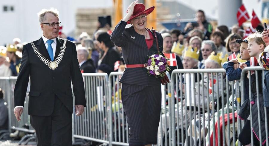 Vejles Borgmester Arne Sigtenbjerggaard sammen med dronning Margrethe under regentparrets sommertogt i 2015.