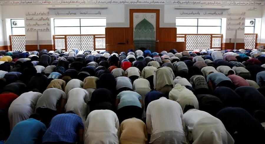Fredagsbøn i en moske i nærheden af Mjølnerparken på Nørrebro.
