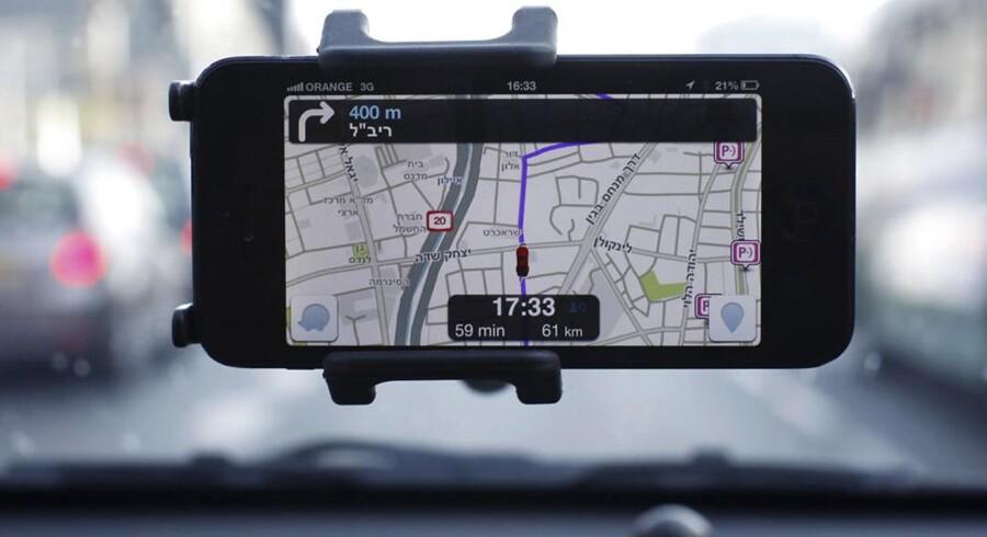 Waze, hvis mobile satellitnavigationsprogram her ses i brug på en smartphonetelefon, er i vælten. Både Facebook og Google viser interesse for det israelske selskab. Arkivfoto: Nir Elias, Reuters/Scanpix