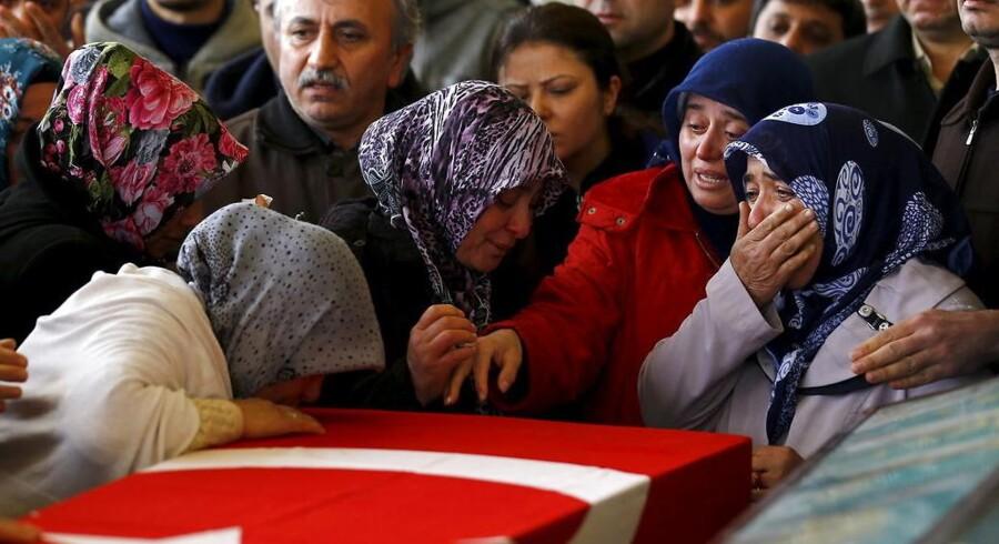 Familiemedlemmer sørger over at have mistet en af deres kære i bombeangrebet i Ankara 13. marts.