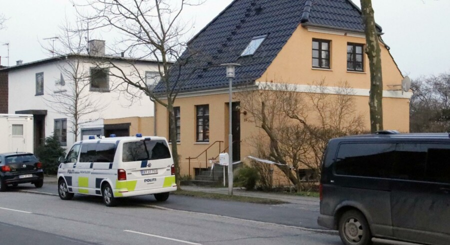 Politiet var mandag stærkt til stede på en adresse i Glostrup, efter at der blev fundet en stærkt mumificeret død person. Liget er formentlig en 70-årig mand, der blev meldt savnet i 2016. Scanpix/Mathias Øgendal